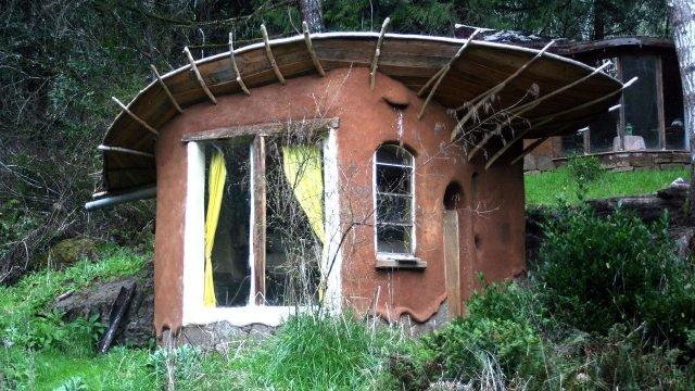Необычный глиняный дом с оригинальной крышей