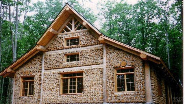 Просторный загородный дом из дров и глины