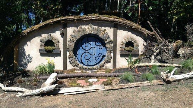 Садовый дом хоббита с голубой круглой дверью