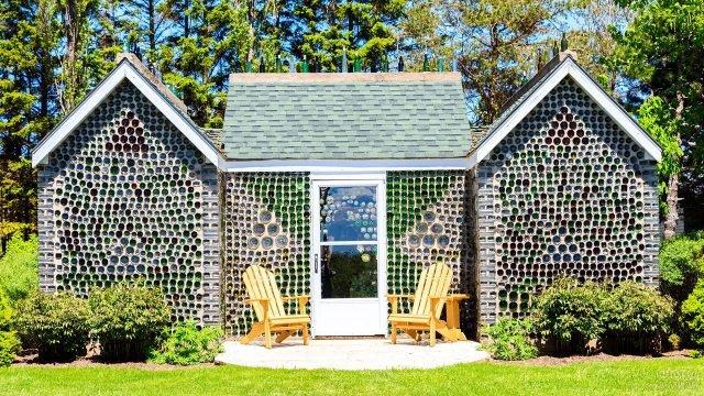 Садовый домик из бутылок