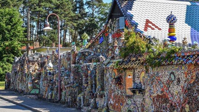 Садовый домик из хлама с пёстрой отделкой мозаикой