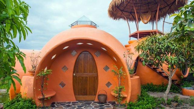 Сферический дом из глины в тропиках