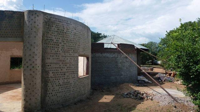 Строительство круглого дома из стеклянных бутылок
