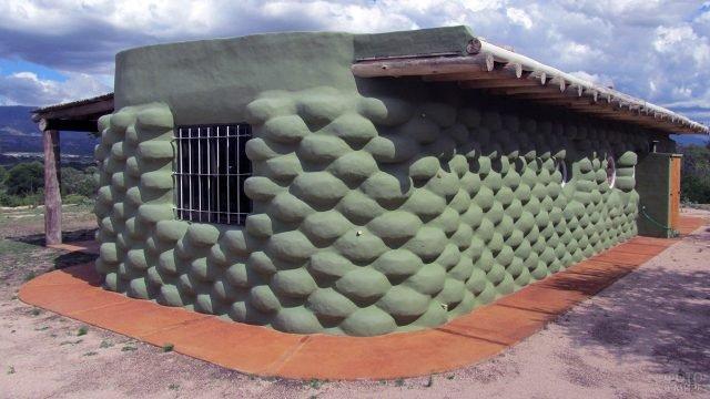 Зелёный дом из старых покрышек