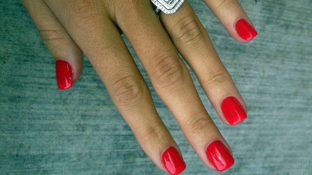 Алый маникюр на коротких прямоугольных ногтях