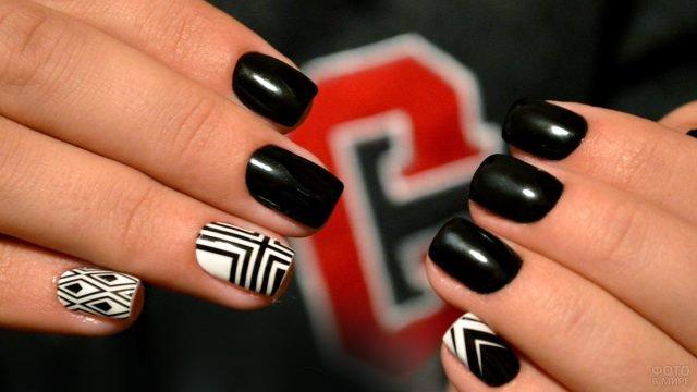 Чёрный маникюр с графичной росписью на коротких прямоугольных ногтях