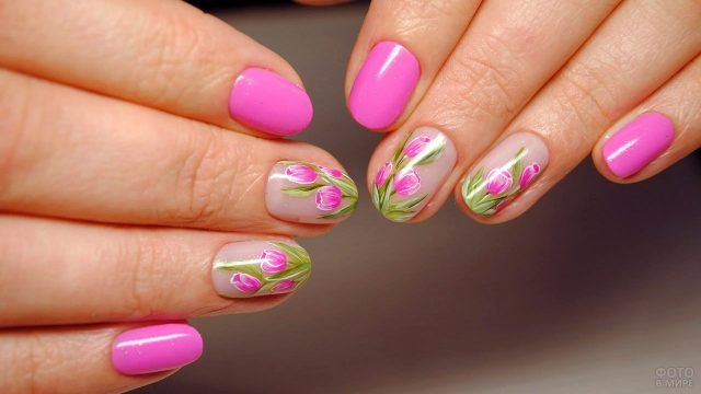 Ярко-розовый лак и роспись тюльпанам на коротких ногтях