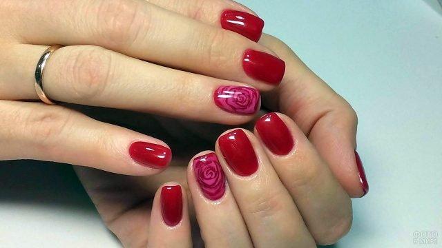 Классический красный маникюр на коротких ногтях с нарисованными розами