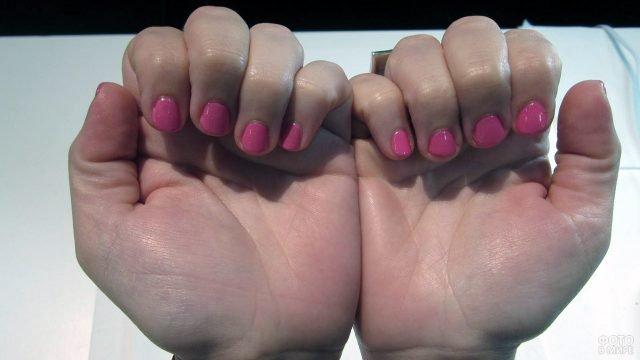 Короткие ногти с розовым лаком