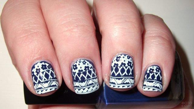 Короткие прямоугольные ногти с чёрно-белой росписью цветами и полосками в народном стиле