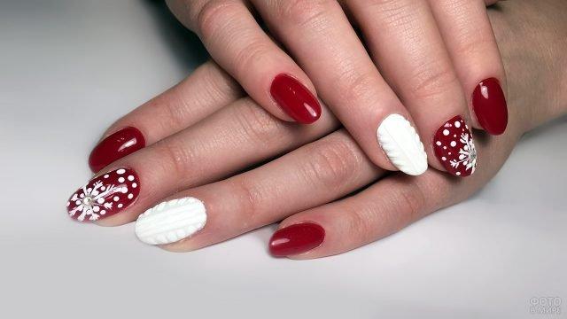 Красный маникюр на коротких ногтях с белой новогодней росписью