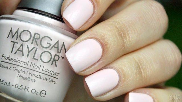 Матовый пудрово-розовый лак на коротких ногтях