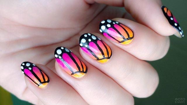 Нарисованные на коротких ногтях крылья бабочек махаон