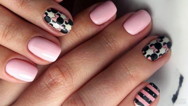 Розовый маникюр с контрастной росписью в стиле Мини-маус на коротких ногтях
