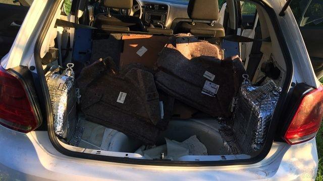 Установка шумоизоляции в багажник хэтчбека Поло