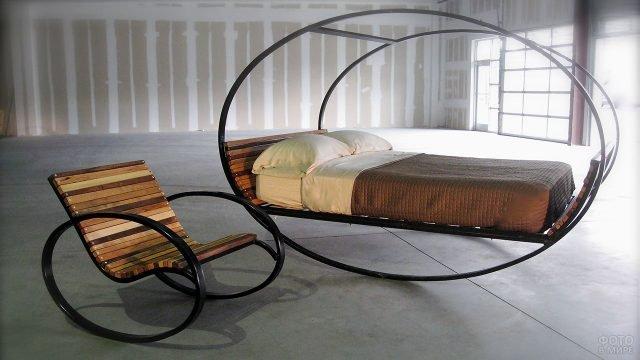 Деревянная кровать и кресло на металлических каркасах-качалках