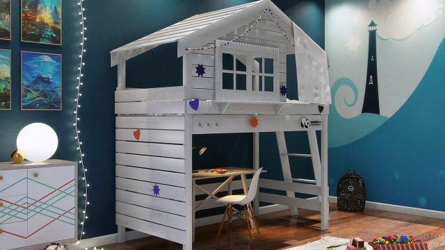 Детская кровать-чердак из дерева в виде домика
