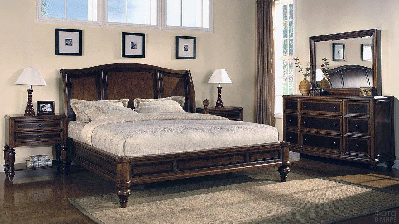 Дубовая кровать с высоким изголовьем в классической спальне