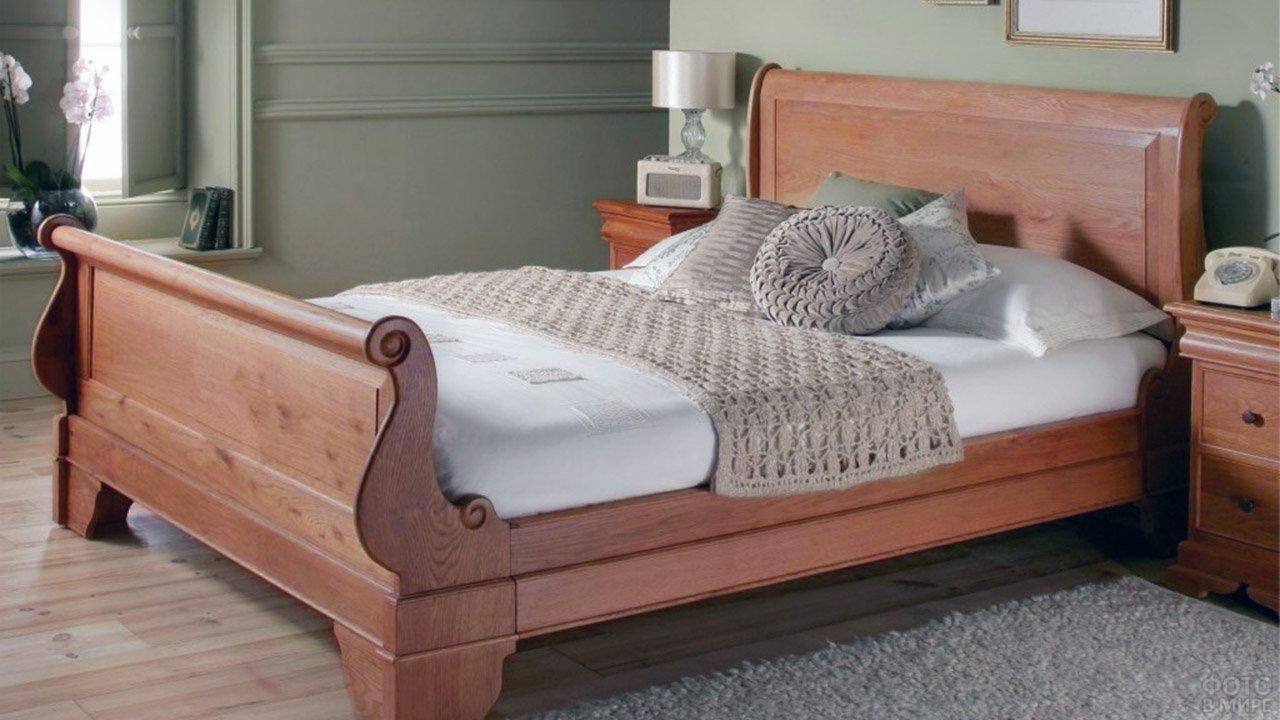 Двуспальная кровать из массива сосны с оригинальными изогнутыми изголовьем и изножьем