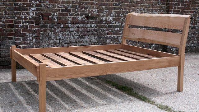 Кровать в стиле лофт с высоким изголовьем из дуба