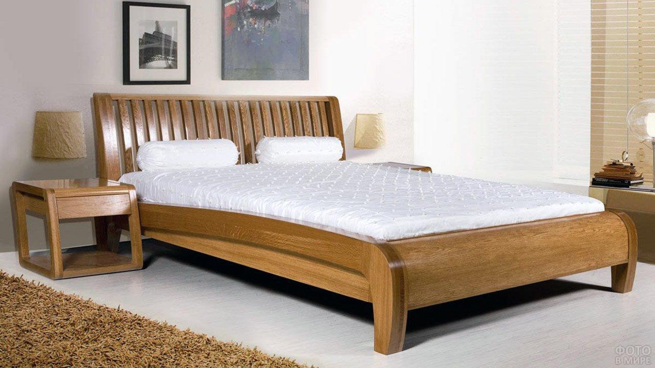 Римская деревянна кровать в белой спальне