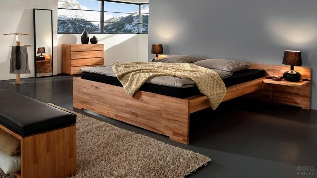 Стильная кровать-подиум из массива дерева