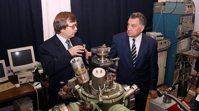 Чиновник поздравляет приморских учёных с Днём российской науки