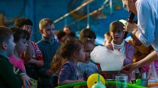 Дети на научном шоу в День российской науки