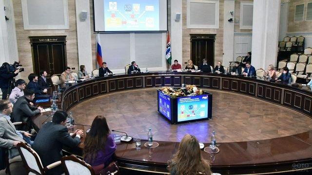 Молодые учёные за круглым столом в День российской науки в Новосибирске