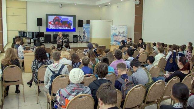 Сахалинские школьники на лекции о Дне российской науки в библиотеке