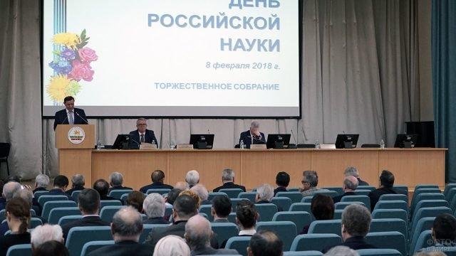 Выступающий на сцене в День российской науки в Казанском университете