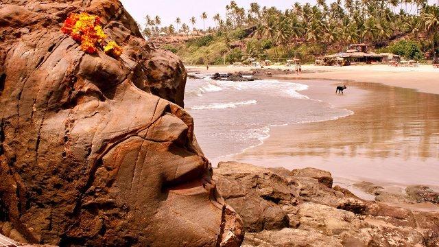 Лицо Шивы на пляже Вагатор