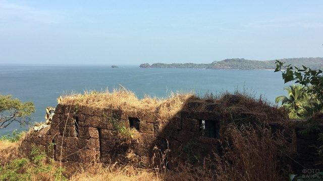 Руины крепости Кабо де Рама над пляжем Южного Гоа