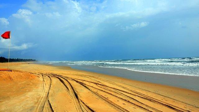 Следы от квадроциклов на песке пляжа Беталбатима