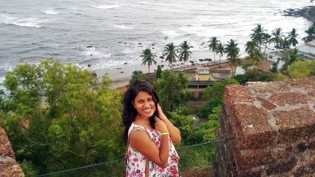 Туристка фотографируется на фоне пляжа с площадки форта Рейс Магос