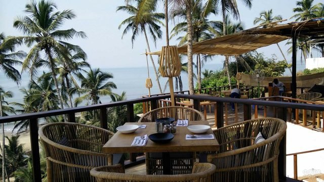 Веранда аутентичного ресторана среди пальм у пляжа на Гоа