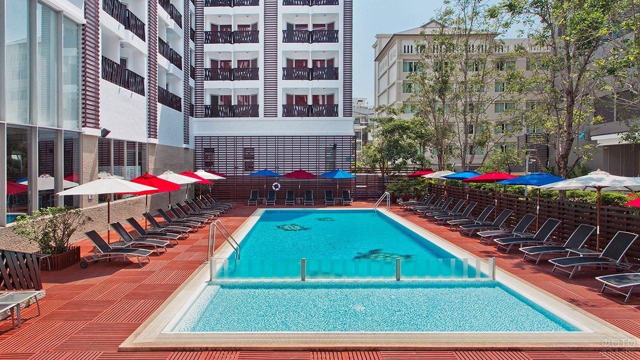 Бассейн при отеле в курортном городе Паттайя