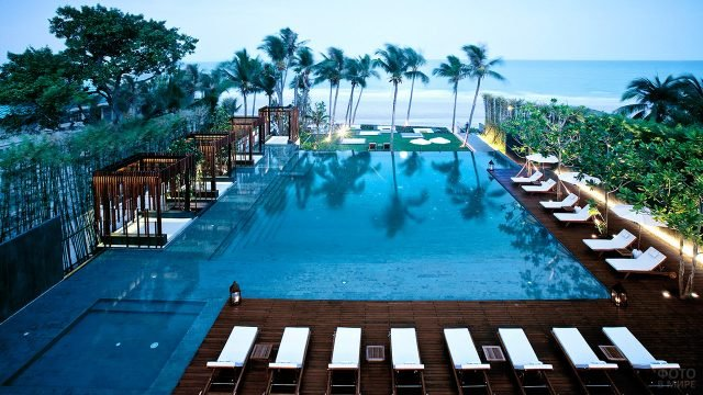 Бассейн прибрежного отеля в Бангкоке