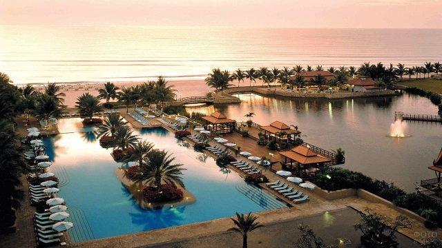 Бассейны прибрежных отелей Хуахина в лучах заката