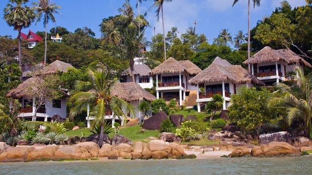 Бунгало под пальмами на пляже острова Самуи