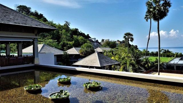 Крыши бунгало в тропиках Пхукета у берега моря