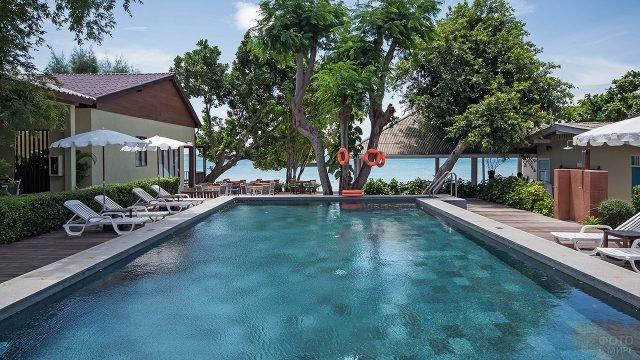 Номера вокруг бассейна на пляже Ао Ной На в Тайланде