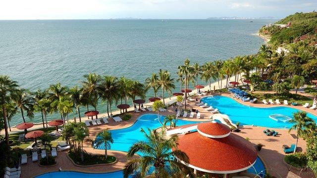 Отель с бассейном под пальмами на пляже Южной Паттайи