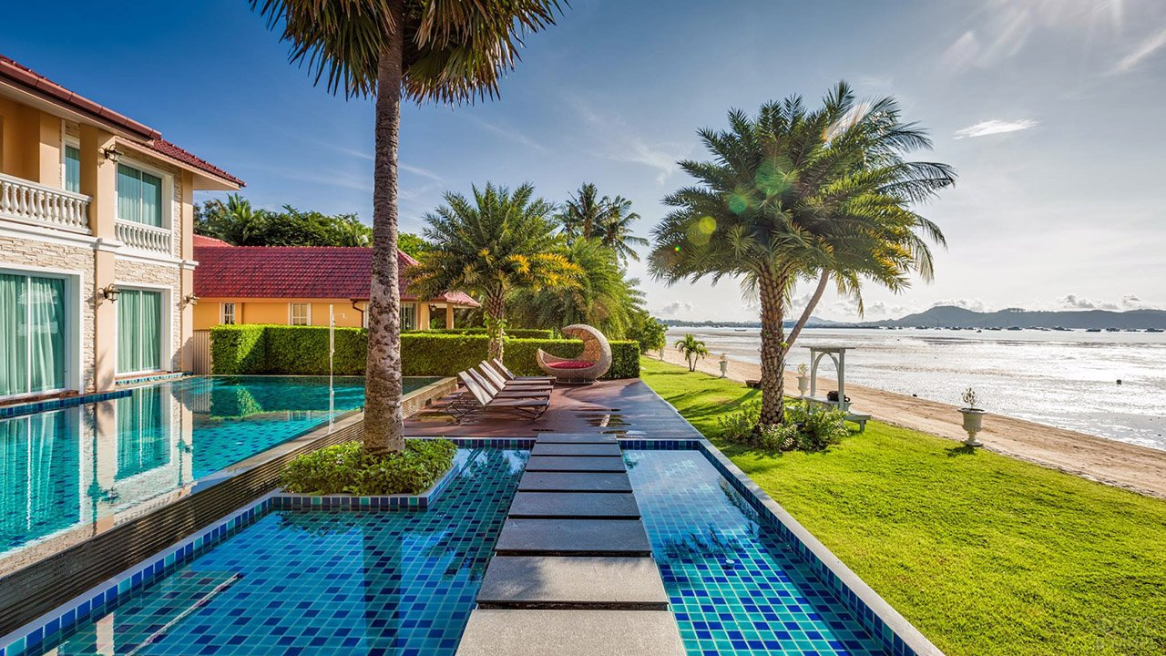 Прибрежный отель с бассейном под пальмами в южной провинции Пхукет