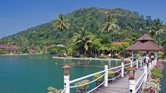 Тропические бунгало и мостик над водой на острове Ко-Чанг