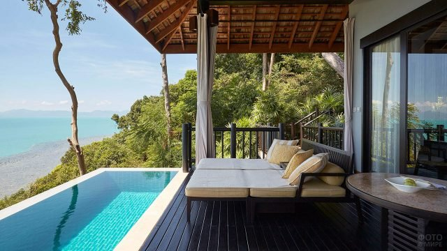 Веранда и бассейн над пляжем в Тайланде