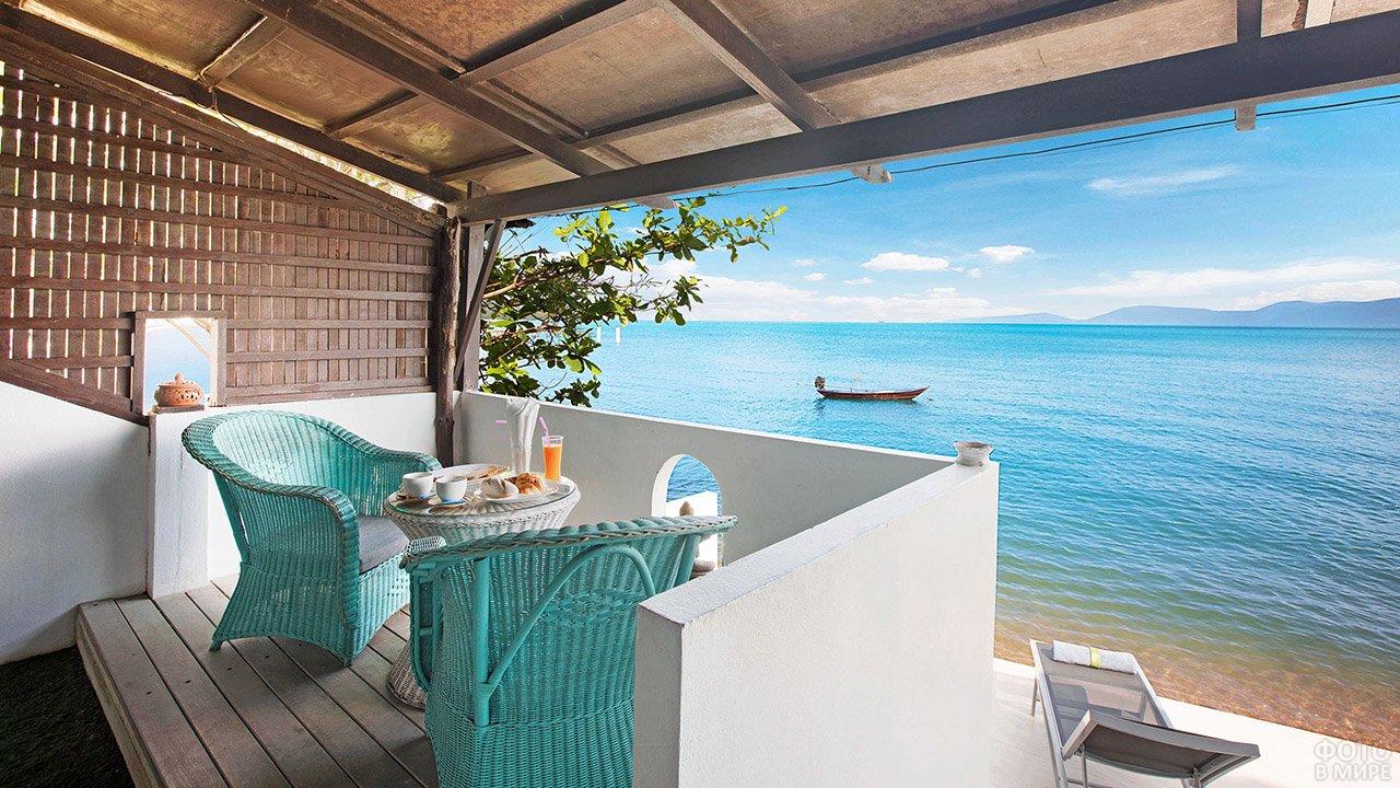 Вид на лодку в море с балкона отеля на Самуи