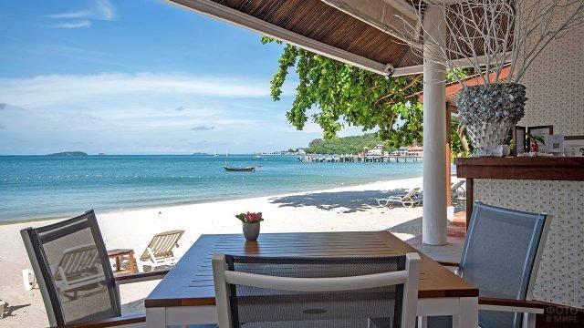 Вид на пляж Ао Ной На с веранды отеля