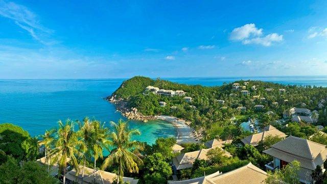 Вид с высоты птичьего полёта на отели в тропиках острова Самуи