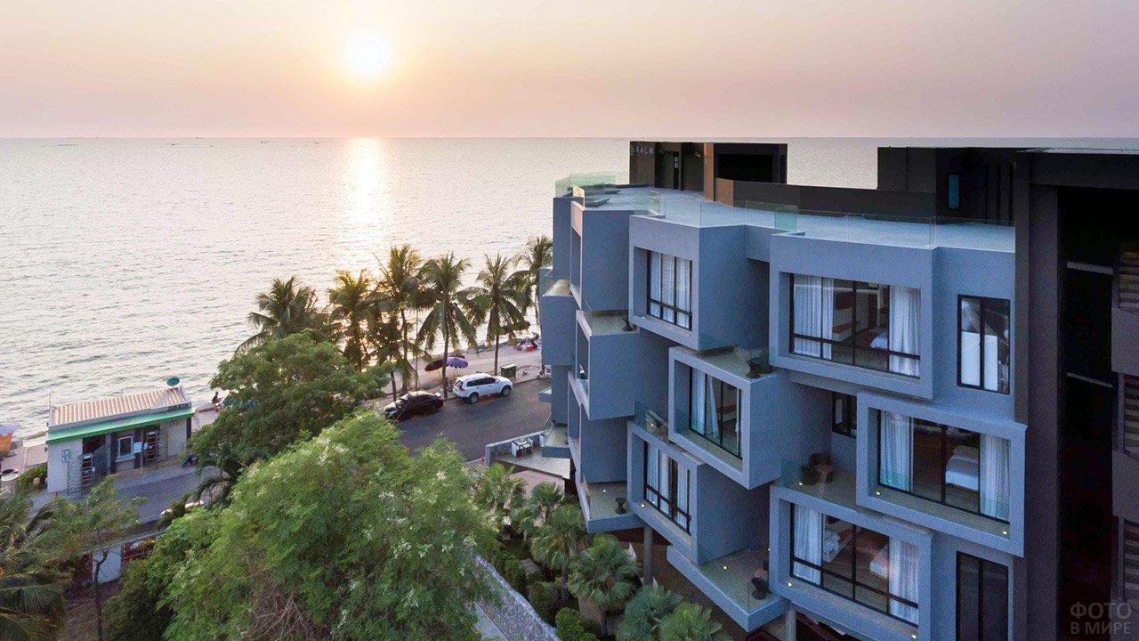 Закат над морем и трёхзвёздочный отель у пляжа в городе Бангсаен